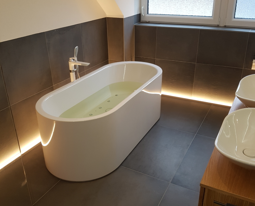 Modernes Badezimmer mit LED in Wandleiste